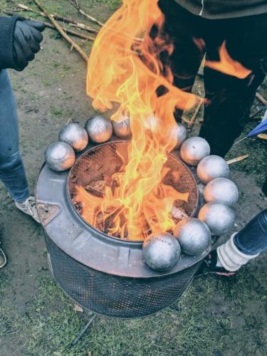 Bei eisigen Temperaturen hilft nur Feuer! Feuertonne beim Boule.